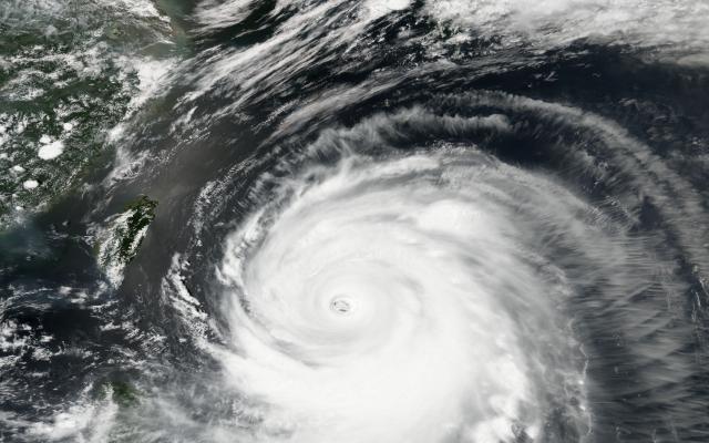 В Японии жертвой тайфуна стал один человек