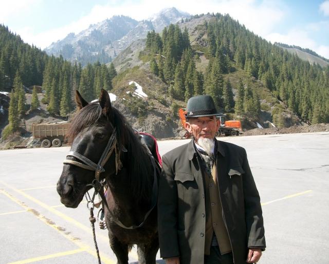 Казах с лошадью. Тянь-Шань, Китай