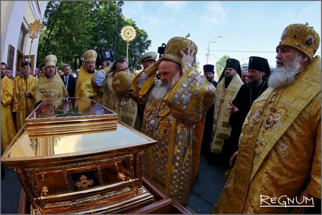 Ковчег сначала установили перед входом в Свято-Троицкий собор