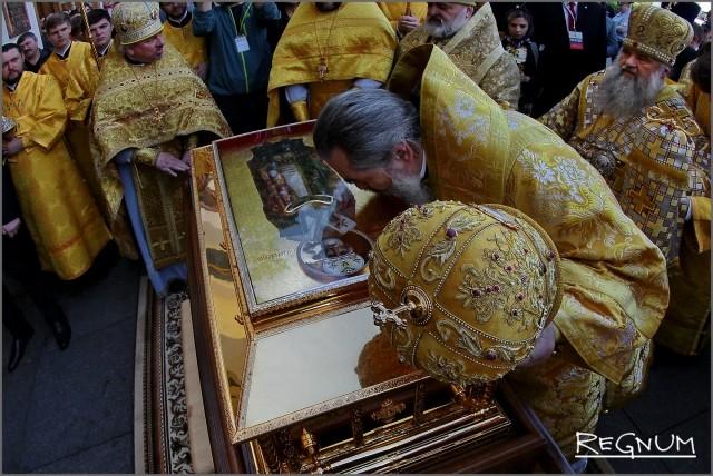Мощам святителя Николая поклонилось духовенство