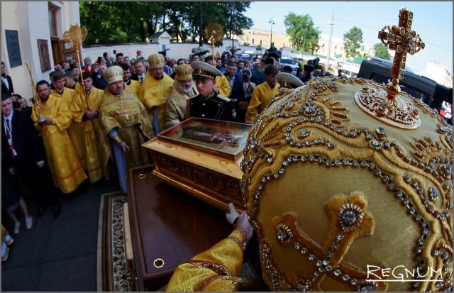 Духовенство и почетный караул у ковчега с мощами