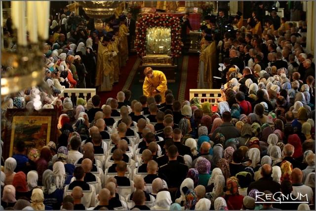 Сотни гостей церемонии смогли поклониться святыне