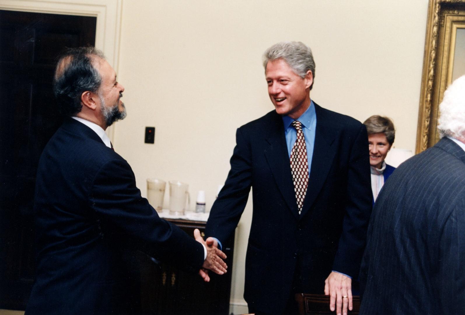Президент США Билл Клинтон с  лауреатом Нобелевской премии Марио Молиной — создателем фреоновой гипотезы разрушения озоносферы (1997 г.)