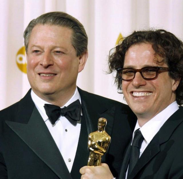 Вице-президент США Альберт Гор (США) и кинорежиссер Дэвис Гуггенхайм на вручении премии «Оскар» за документальный фильм «Неудобная правда» (2007 г.)