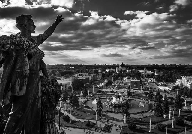 Фото отражения «Планеты Москва»