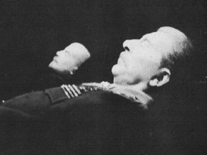 Тело Сталина рядом с телом Ленина в Мавзолее на Красной площади Москвы