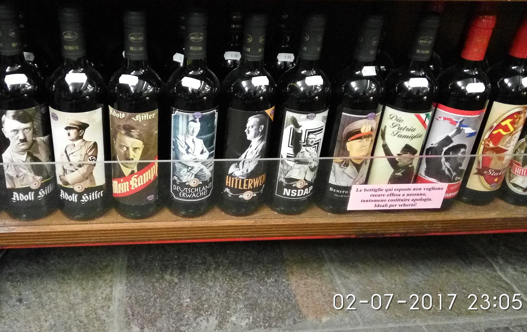 Нацистский преступник Гитлер и фашистский преступник Муссолини на бутылках вина в открытой продаже. Специальный отбор вина в магазине. Италия