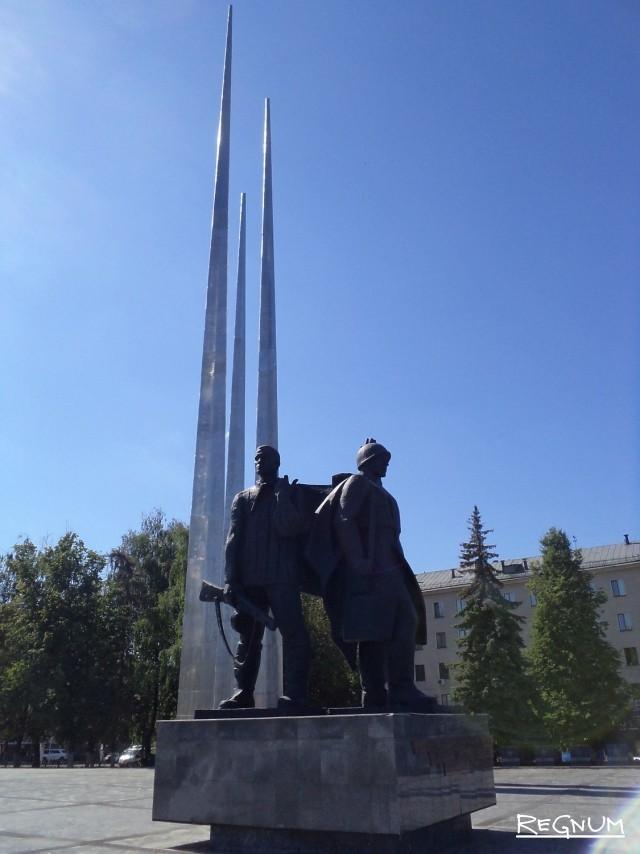 Стела и памятник героическим защитникам города