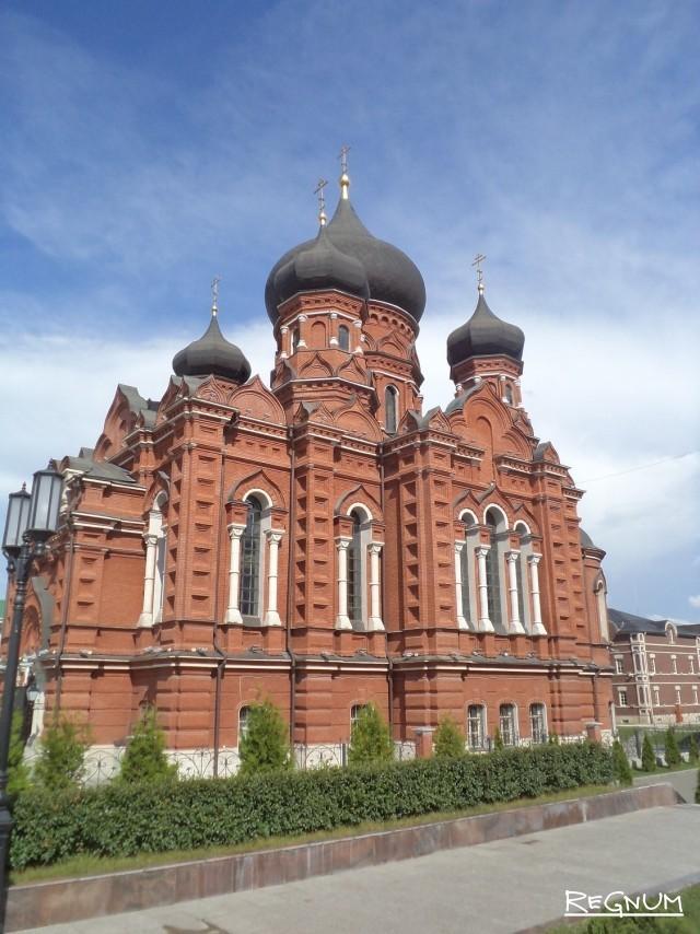 Успенский собор на площади Ленина в Туле
