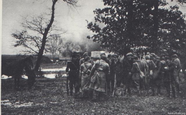 Отряд Армии Крайовы сжигает украинское село. 1944