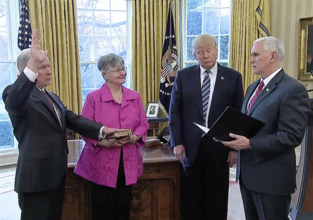 Джефф Сешнс (слева) и Дональд Трамп