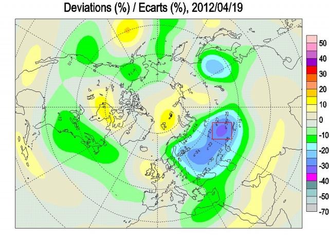 Рис. 28. Аномалии поля ОСО в Северном полушарии 19.04.2012. В красном треугольнике центр озоновой аномалии с дефицитом озона -30%