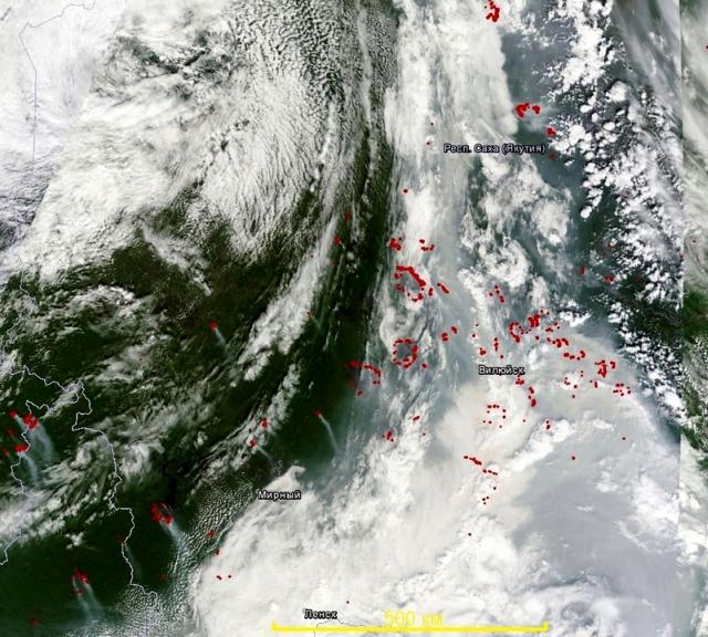 Рис. 33. Вот так выглядела ситуация с лесными пожарами в Восточной Сибири и на Дальнем Востоке 3 августа 2013 г. (мозаика снимков Terra MODIS от 3 августа, термоточки системы FIRMS за последние сутки)