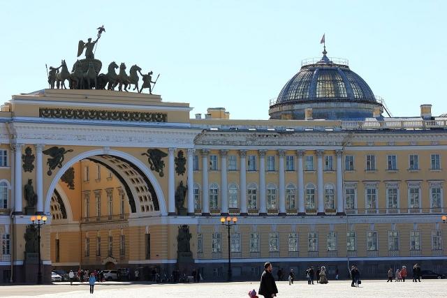 Взгляд с Дворцовой плащади на Арку Главного штаба. Санкт-Петербург