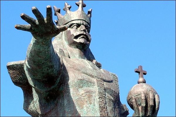 Памятник господарю Молдавского княжества Стефану III Великому (Штефан чел Маре) в Бельцах (Молдавия)