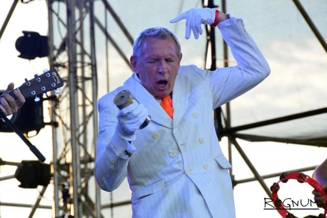 Олег Гаркуша на сцене с группой «Ундервуд»