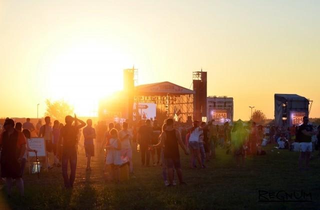«Самый душевный фестиваль»: взгляд со сцены, с танцпола и из-за кулис