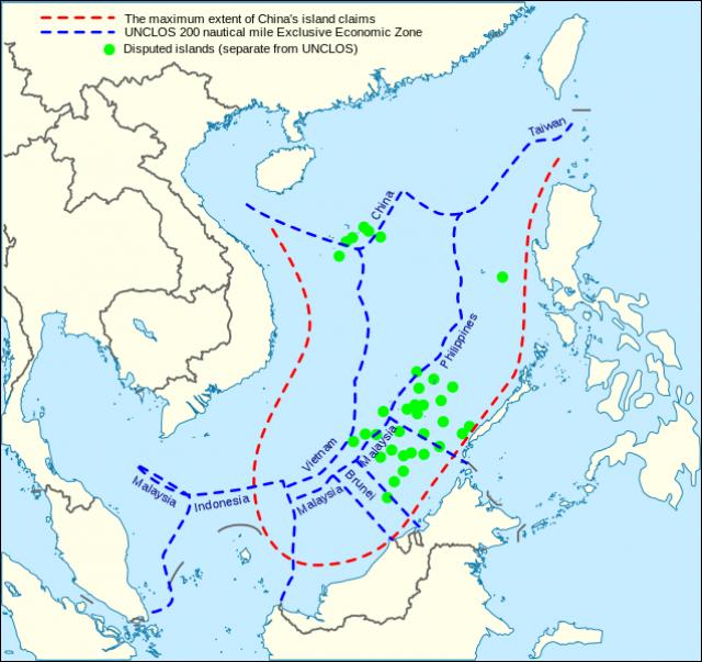 Морские претензии Китая (красные) и исключительные экономические зоны ЮНКЛОС (синий) в Южно-Китайском море