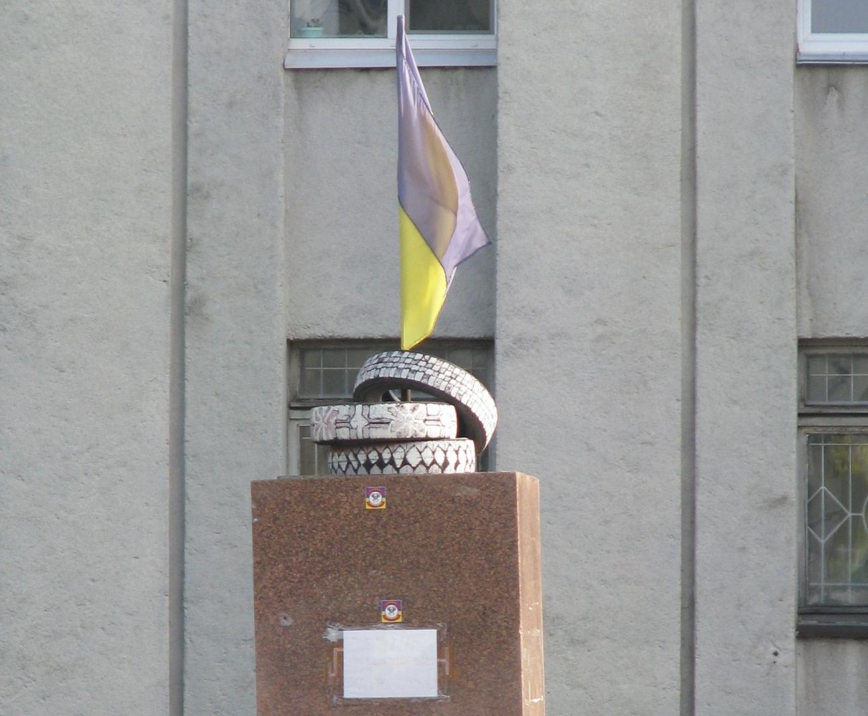 Памятник вандализму  возле горсовета Нежина