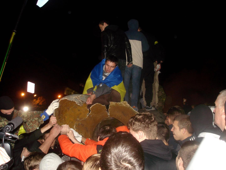 Оргия уничтожения памятника Ленину в Харькове