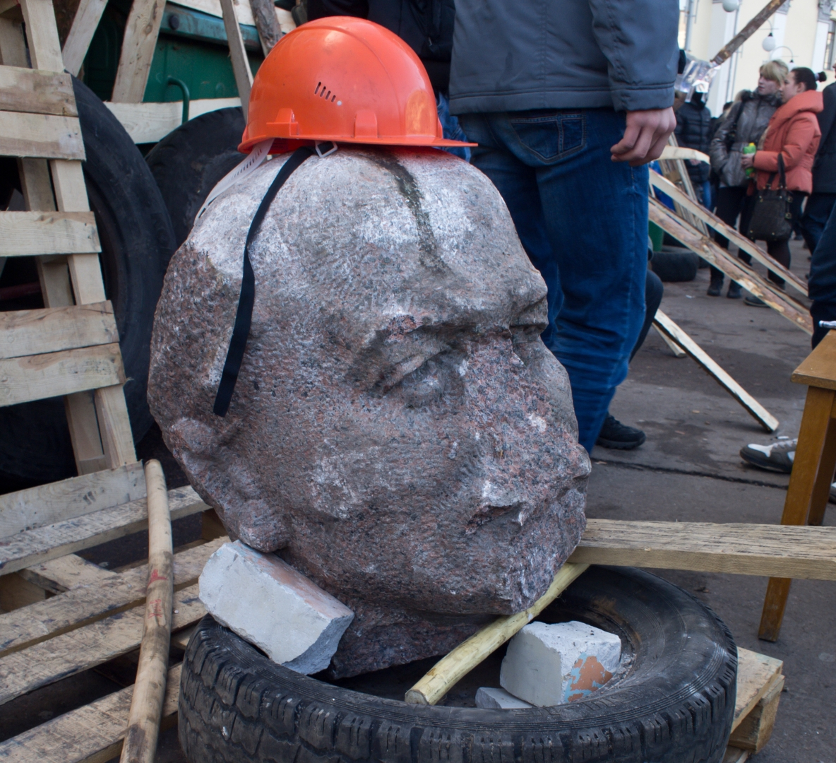 Изуродованный памятник Ленину в Житомире