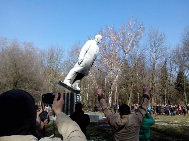 Памятник Ленину в момент падения. Хмельницкий, 21 января 2014 года