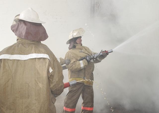В Ростове-на-Дону не могут потушить пожар в частном секторе