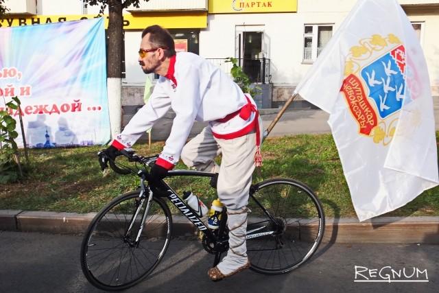 Велосипедист в лаптях и национальной одежде