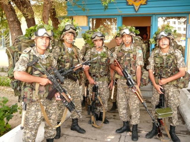 Бойцы Аэромобильных войск Республики Казахстан в полевой экипировке