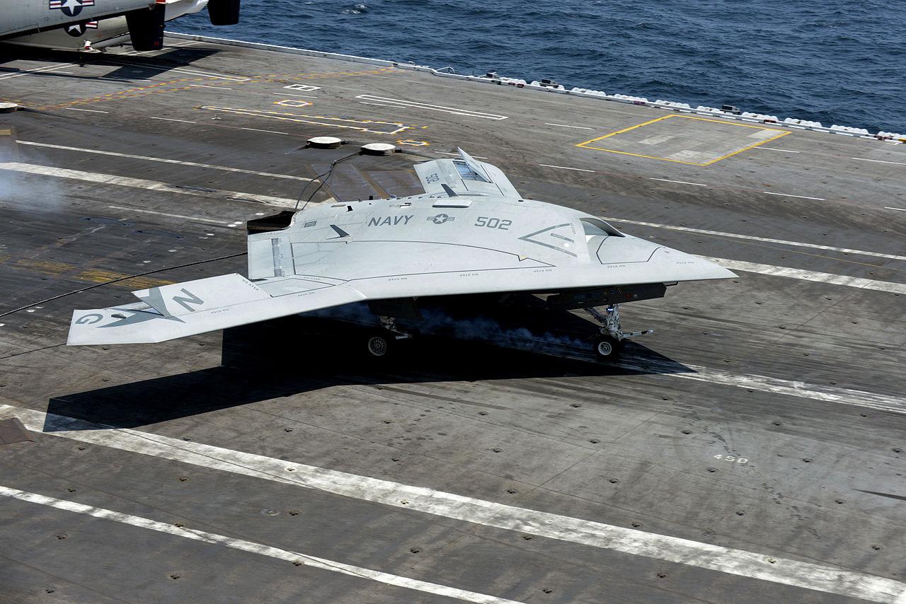 Беспилотный летательный аппарат ВМФ США В-47B совершил посадку на авианосец