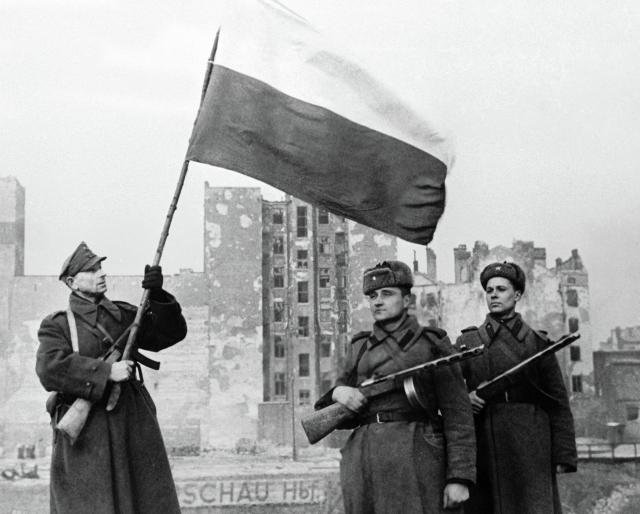 Советские и польские солдаты освобождают Варшаву. 1945