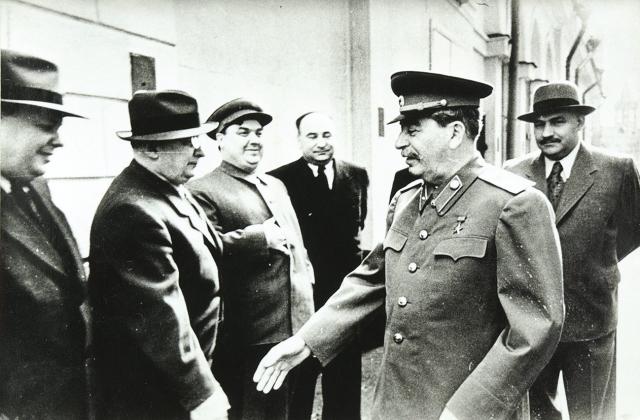 Сталин здоровается с Берией