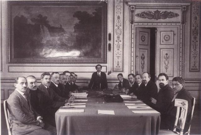 Чичерин (третий справа) во время подписания Московского договора о «дружбе и братстве» с Турцией, 16 марта 1921 г