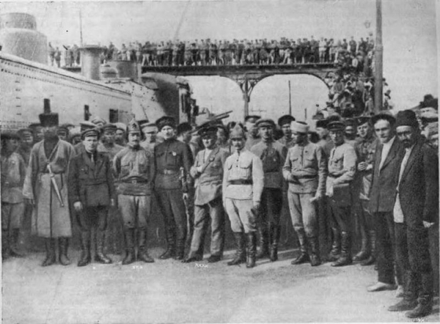 Киров, Микоян, Орджоникидзе и Левандовский среди красноармейцев в Баку. 1920