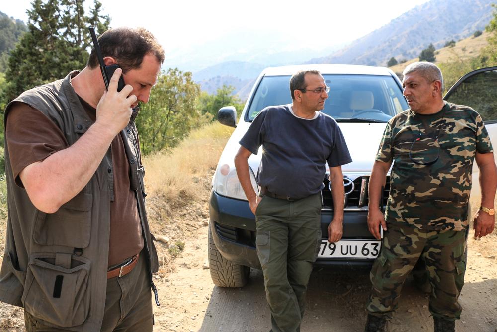 Министр охраны природы (в центре) Арцвик Минасян и глава МЧС Давид Тоноян (слева) во время пожара в Хосровском заповеднике