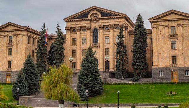 Вслед за Минтрансом бомбу ищут в парламенте Армении
