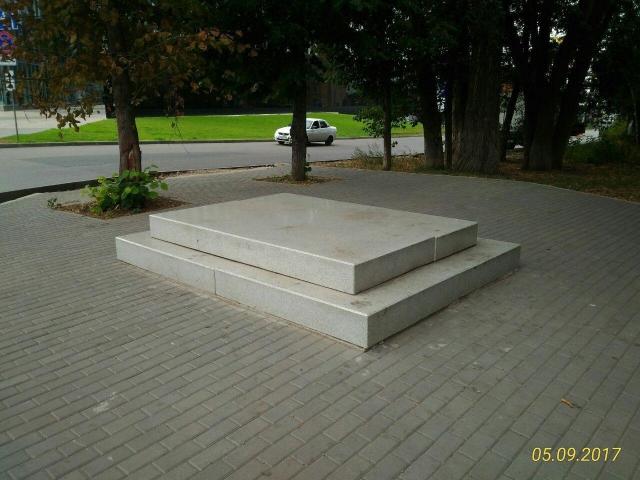 На улице Красноармейской в Самаре сторонники установки памятника Чехословацким легионерам успели установить постамент