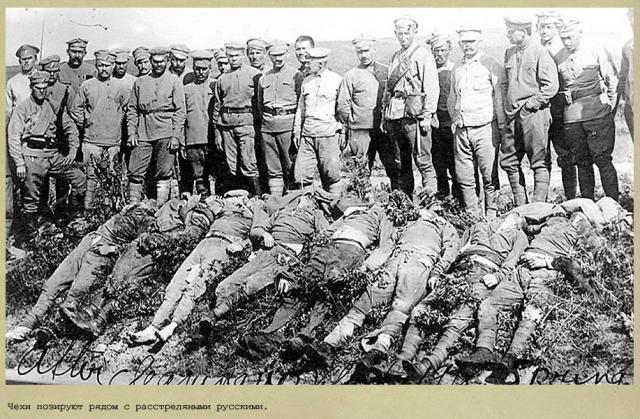 Белочехи позируют над трупами убитых красноармейцев