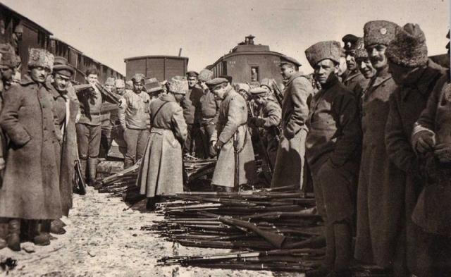 Чехословацкие легионеры сдают оружие