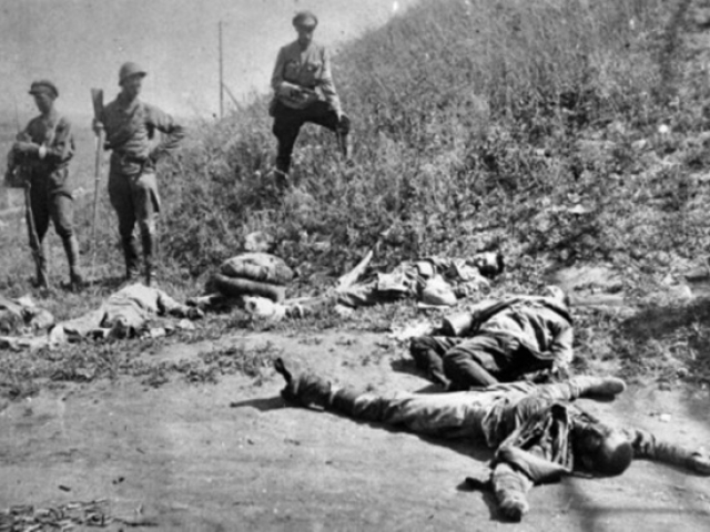 Чехи после боя в Сызрани, на переднем плане застреленные красноармейцы, среди них раненые