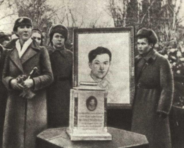 Петрищево, Похороны Зои на Новодевичьем кладбище. На переднем плане Л. Т. Космодемьянская