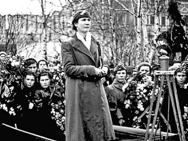 Мама Зои Любовь Тимофеевна на похоронах дочери. Апрель 1942