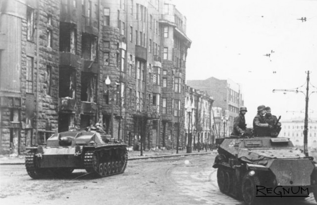 Немецкие войска на площади Розы Люксембург в Харькове. 25 октября 1941 года