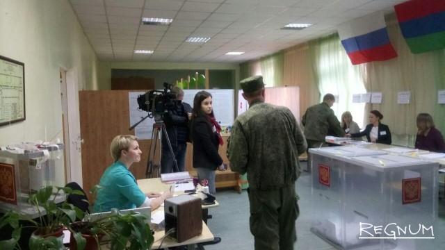 Военнослужащие голосуют на одном из участков в Петрозаводске