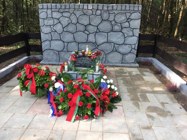 На востоке Польши открыли мемориал красноармейцам, на западе — разрушили