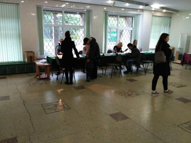 Избирательный участок в Перми. Голосовать не торопятся