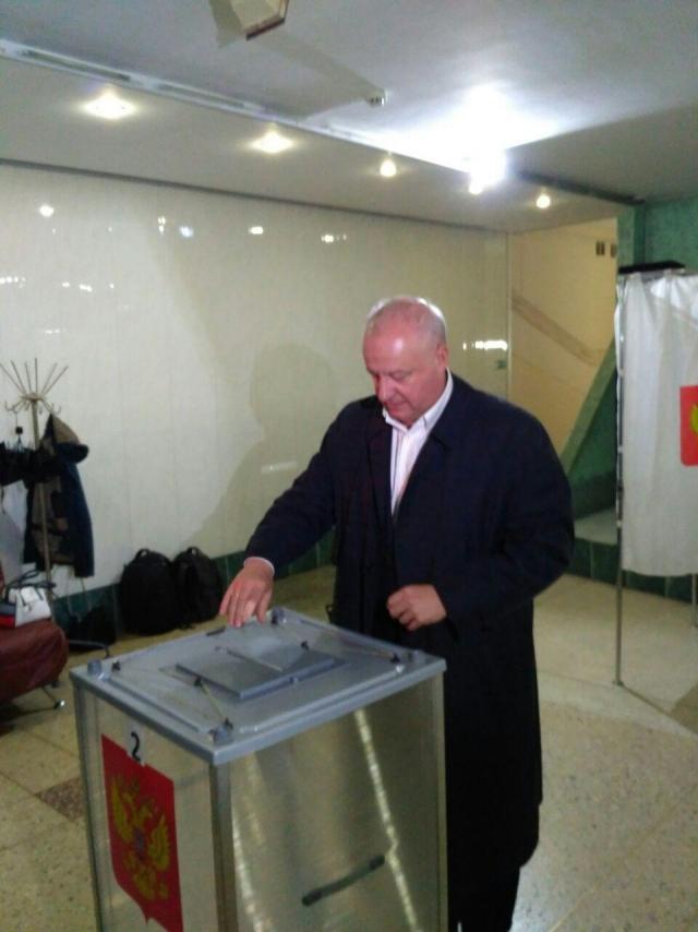 Член Совета Федерации от Пермского края Игорь Шубин голосует на участке №3417 в Перми
