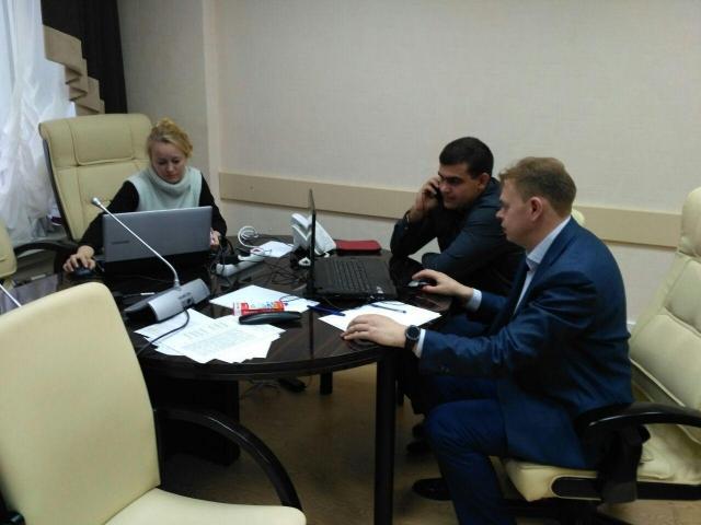 Члены избирательной комиссии Пермского края принимают звонки, поступающие от избирателей по прямой линии