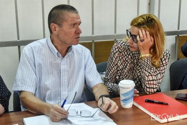 Алексей Улюкаев со своим адвокатом до начала заседания 13 сентября