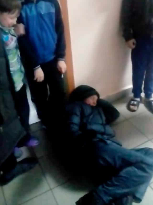 Мальчик, избиваемый воспитанниками в алтайском детдоме